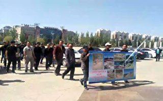 牧民遊行到旗政府抗議養殖場污染環境。(牧民提供)