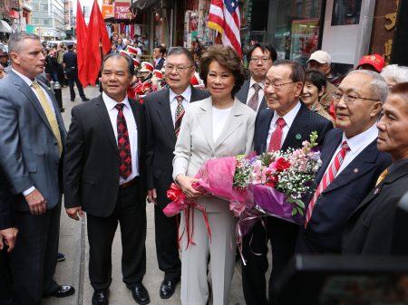 时隔16年,这是赵小兰第三次、以交通部部长之身造访华埠,她与父亲赵锡成(左五)受到盛大欢迎。 (蔡溶/大纪元)