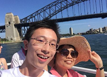 Philippe与母亲坐船游悉尼海港。(本人提供)