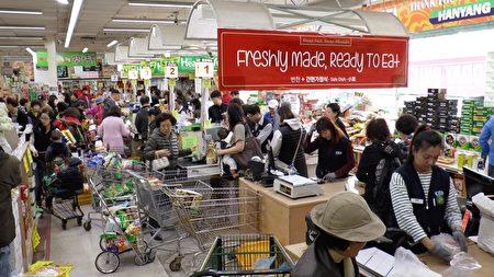 汉阳超市每月一号的买一赠一活动包括500中商品,吸引很多顾客前来购物。(Henry Han/新唐人)