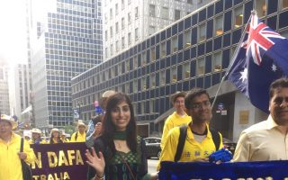 印度学员Daksha在5月12日曼哈顿庆祝法轮大法日游行中。 (施萍/大纪元)