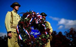 图为美国第3步兵团的士兵2008年11月10日在阿灵顿国家公墓为死去的将士献花圈,第一次世界大战中美军约有5万将士战亡。(Win McNamee/Getty Images)