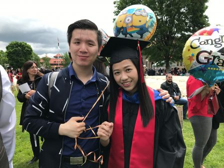 畢業生在親朋好友的陪伴下,參加畢業典禮。
