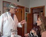 病患Jill Laugenour(右)在牙医Jamie Azdair(左)诊疗后身体状况大有改善。(王姿懿/大纪元)