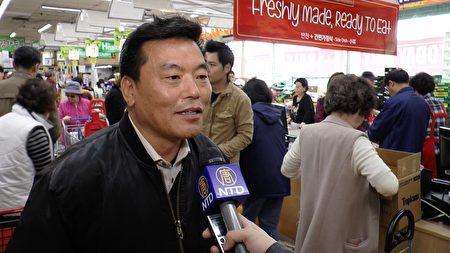 汉阳超市运营长吴宗根先生。(Henry Han/新唐人)