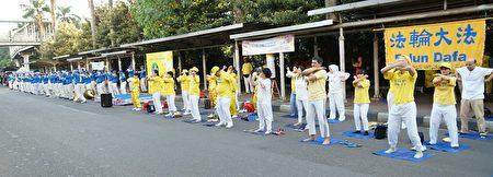 二零一七年四月三十日,雅加达的法轮功学员在无车日的上午聚集在一起,向民众展示法轮功的五套功法。(明慧网)