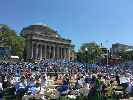 昨天,哥大第263届毕业典礼在曼哈顿如期举行,近1万5千名学生在观礼台上,准备跟学生身份告别。