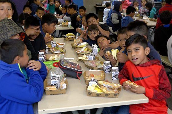 5月8日至12日是全美五大学区蔬果饮食周。图为洛杉矶希望小学(Esperanza Elementary School)的午餐时间。(王姿懿/大纪元)