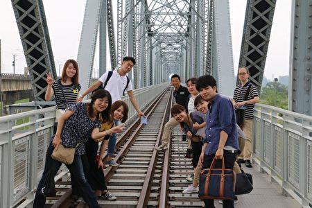 """客制化""""旺来之旅"""",日本游客参观高屏旧铁桥。(高市农业局提供)"""