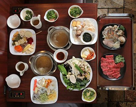 作者和朋友自助享用的丰盛菜品。(张学慧/大纪元)