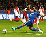 尤文图斯在客场2:0战胜摩纳哥。图为前锋伊瓜因梅开二度瞬间。 (Michael Steele/Getty Images)