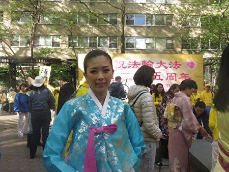 来自吉林省的金欢女士表示法轮大法日是一个神圣的日子。(绍燕/大纪元)
