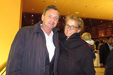 2017年5月8日,公务员Dieter Jantur偕同太太Cornelia Jantur观看了美国神韵世界艺术团在德国柏林波茨坦广场剧院 (Theater am Potsdamer Platz)的首场演出。(黄芩/大纪元)