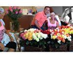 """布拉德致敬妻子抗癌的努力,因她""""全过程中展现的力量、勇气和积极态度""""让他十分惊讶。(Ntd.tv)"""