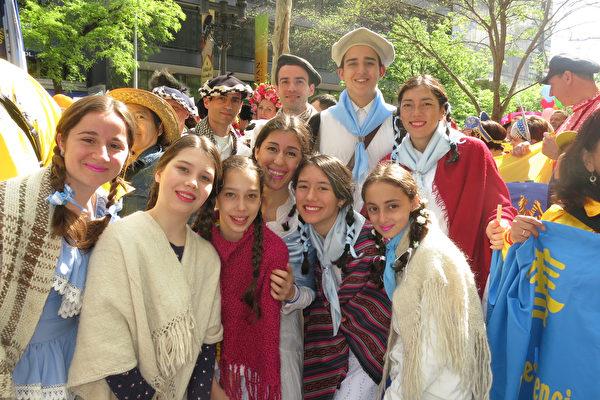 5月12日,来自南美洲阿根廷的部分法轮功学员聚集在纽约, 欢庆法轮功传世25周年。(林南/大纪元)