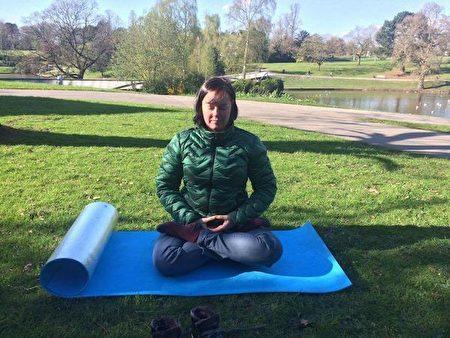 英国法轮功学员碧琪·詹姆士(Becky James)女士在练习法轮功的五套功法。(照片由本人提供)