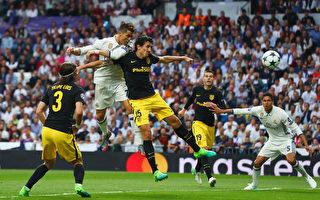 C罗高高跃起力压萨维奇,头球攻门,为皇马打进第一粒进球瞬间。(Clive Rose/Getty Images)