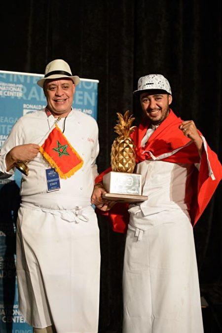 """摩洛哥使馆大厨Moha Fedal(左)获得当晚的""""评委奖""""。(里根大厦提供)"""