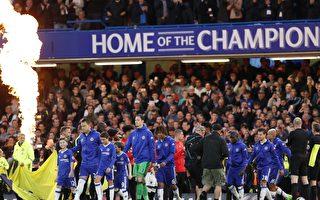 切尔西提前两轮赢得英超冠军。图为切尔西球员受到对手列队欢迎。 (ADRIAN DENNIS/AFP/Getty Images)