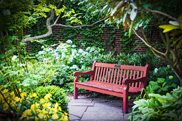 圣路加教堂六座花园之一的巴罗街花园(Barrow Street Garden)。(张静怡/大纪元)