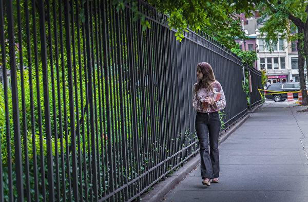 路经杰斐逊市场花园的纽约市民。(张静怡/大纪元)