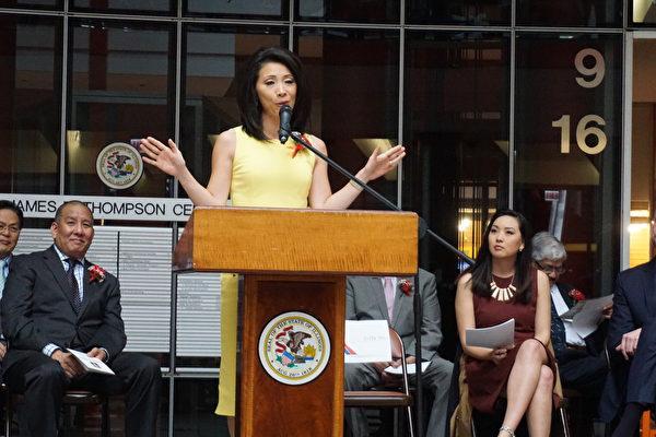 ABC第7台華裔主播徐平(Judy Hsu)在伊州財長主持的亞裔月慶祝活動上分享自己的成功歷程。(溫文清/大紀元)