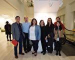 华埠更好团结联盟主席陈增华(左一)、美洲华裔博物馆基金会会长梅素兰(左四)在CPS董事局会议上发言,培德中心主任吴常义(左二)、CBCAC社区组织员廖敏欣(右三)及家长代表等到场支持。(温文清/大纪元)
