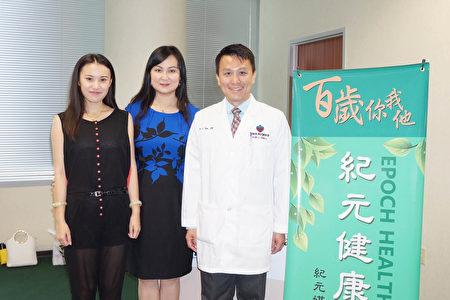 圖:(右起)陶慶麟醫師、德州紀元媒體集團副總裁孫玉玟,大紀元員工Abby Lau在4月29日紀元健康講座上合影。(易永琦/大紀元)