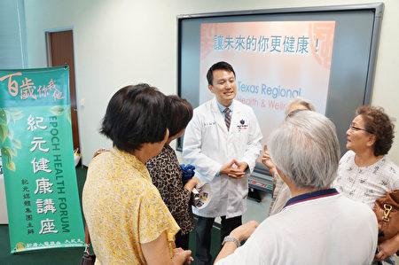 圖:陶慶麟醫師在紀元健康講座上講解「痛症根源與關節損傷」。(易永琦/大紀元)