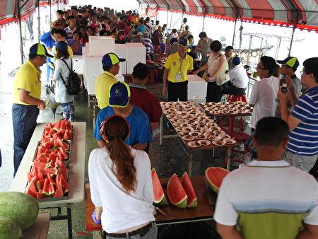 2017年嘉義縣第34屆龍舟競賽冒雨熱鬧登場,大批民眾在活動現場,等著免費品嘗鮮蚵粥和農漁特產。(蔡上海/大紀元)
