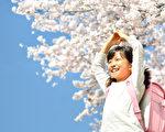 """日本推特用户""""@Asena0330""""以替小妹买东西都记账本的方式说明,亲情的价值胜过金钱。图为一名背书包的小女孩。(Fotolia)"""