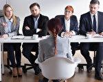 美國職場專家薩萊米(Vicki Salemi)建議說,人們可以在求職面試前寫下想問的適當問題,在面試時提問,以便讓面試官印象深刻。圖為一名女子在接受面試。(Fotolia)