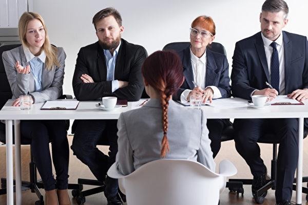 美国职场专家萨莱米(Vicki Salemi)建议说,人们可以在求职面试前写下想问的适当问题,在面试时提问,以便让面试官印象深刻。图为一名女子在接受面试。(Fotolia)