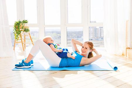 母亲和婴儿一起从事健身运动。(Fotolia)