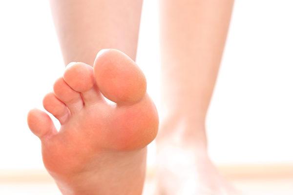 若腿部以不适当的姿势久弯,可能会出现麻痹现象,此为神经暂时受压迫所致。(Fotolia)