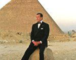扮演007詹姆斯·邦德(James Bond)的罗杰·摩尔(Roger Moore)爵士于2017年5月23日去世。 (AMR MAHMOUD/AFP/Getty Images)