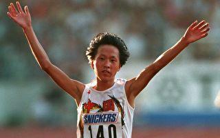 图为1993年8月15日世界田径运动会上,王军霞赢得10,000米30:49.30的成绩。(Mike Powell/Getty Images)