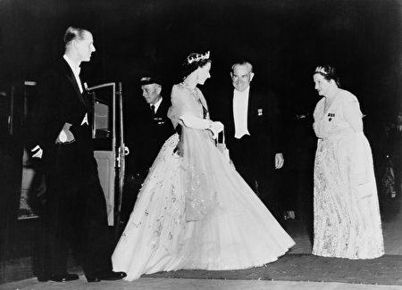 到目前为止,菲利普亲王已经代表王室出席了22,191次活动,并进行了637次国外单独访问。(Photo by Fox Photos/Hulton Archive/Getty Images)