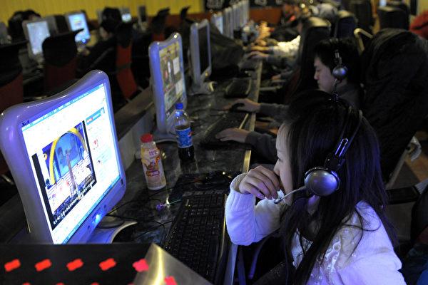 上週肆虐全球的勒索病毒,入侵150多個國家破壞20多萬台計算機,中國大陸4萬機構,包括多家大學、大型企業及地方政府的計算機都遭毒手。圖為中國大陸網吧。(LIU JIN/AFP/Getty Images)