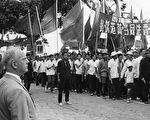 """1967年5月21日,英国驻澳门领事馆门前,部分澳门居民受文革思潮影响,参加声援""""香港各界反英抗暴""""活动,当时的英国驻澳门领事Norman Ions在旁观看。(Keystone/Getty Images)"""