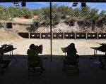 至少八名就读亚利桑那大学(University of Arizona)的中国留学生,近期因以造假狩猎执照购枪,遭美国联邦及当地政府官员逮捕。(George Frey/Getty Images)