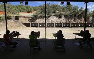 至少八名就讀亞利桑那大學(University of Arizona)的中國留學生,近期因以造假狩獵執照購槍,遭美國聯邦及當地政府官員逮捕。(George Frey/Getty Images)