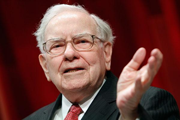 巴菲特上周六(5月6日)在旗下波克夏哈萨威公司(Berkshire Hathaway)年度股东大会上,花了几个小时回答股东琳琅满目的问题。(Paul Morigi/Getty Images for Fortune/Time Inc)