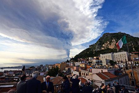 2015年12月埃特納火山爆發時的情景。(GIOVANNI ISOLINO/AFP/Getty Images)