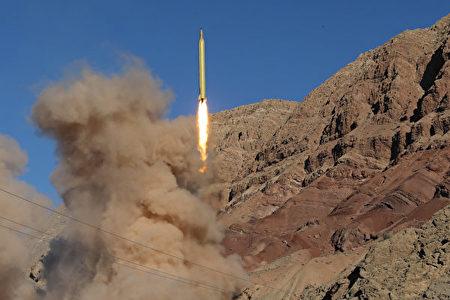 """黑利在NBC节目""""Meet the Press""""的专访中表示,美国之所以在密切注视伊朗的核交易,是由于美国与朝鲜的核武器发展紧张局势在不断升级。图为2016年9月伊朗发射导弹。 (MAHMOOD HOSSEINI/AFP/Getty Images)"""