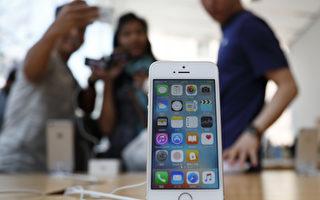 雖然智能手機屏幕變的越來越大,但蘋果公司的iPhone SE手機仍在美國客戶滿意度指數(ACSI)中排名第一。(Photo by Tomohiro Ohsumi/Getty Images)