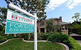 """美国商务部及""""全国房地产经纪人协会""""分别在周二及周三公布,今年4月新屋及中古屋销售,虽然双双下滑,但就业市场强劲,楼市复苏趋势仍乐观可期。(FREDERIC J. BROWN/AFP/Getty Images)"""