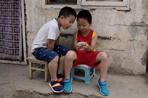 专家表示,电子产品最容易损伤孩子的视力,以目前的速度,20年后眼底病可能会大爆发。( NICOLAS ASFOURI/AFP/Getty Images)