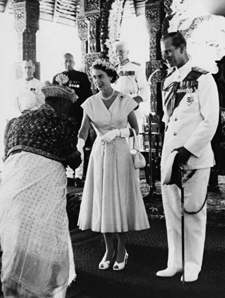 到目前为止,菲利普亲王已经代表王室出席了22,191次活动,并进行了637次国外单独访问。(Photo by Central Press/Hulton Archive/Getty Images)