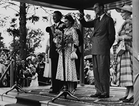 Queen Elizabeth II (centre) and the Duke of Edinburgh (right) waving to the gathered crowd, with the Mayor of Casino, Alderman Manyweathers (left), at Carrington Park, New South Wales, February 15th 1954. (Photo by Central Press/Hulton Archive/Getty Images)